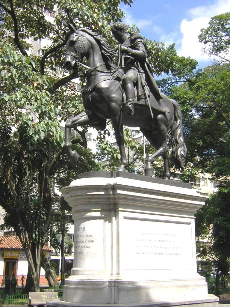 Simon_Bolivar-Estatua-Medellin(2)