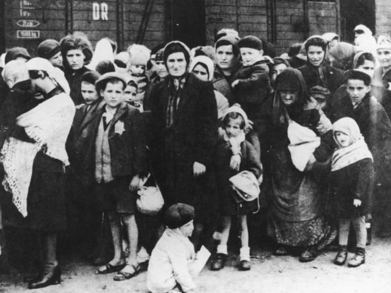 ADN-ZB Das faschistische Konzentrationslager Auschwitz Eine Gruppe Juden aus Ungarn nach der Ankunft in Auschwitz im Sommer 1944.