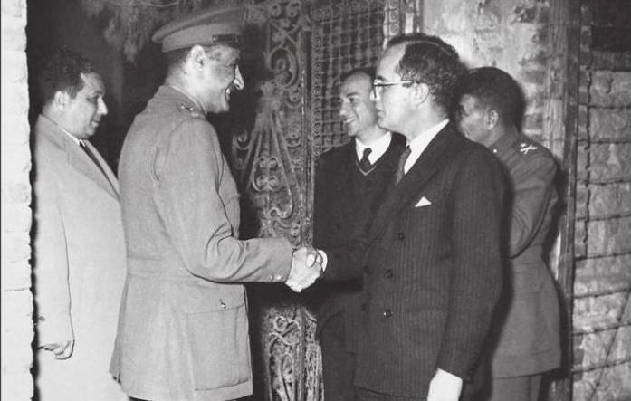 Nasser_shaking_hands_with_kim_roosevelt