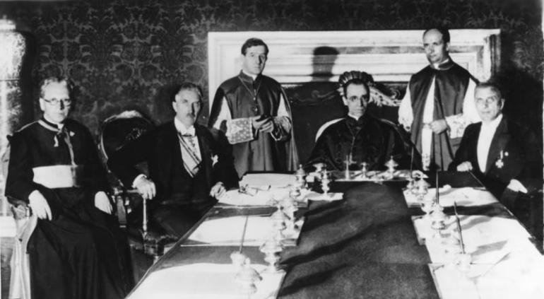 Konkordatsunterzeichnung in Rom. - Am 20. Juli 1933 wurde zwischen dem Deutschen Reich und dem Heiligen Stuhl in Rom das Reichskonkordat unterzeichnet, durch das zum erstenmal in der Geschichte für das ganze deutsche Reich die Beziehungen der katholischen Kirche zum Staat geregelt werden. Die Unterzeichnung vollzog für Deutschland der Vizekanzler Franz von Papen, für den Heiligen Stuhl der Kardinal Staatssekretär Eugenio Pacelli. Von links nach rechts: Vizekanzler Franz von Papen, (2.v.l.) Kardinal Staatssekretär Eugenio Pacelli und Ministerialdirektor Dr. Buttmann während des Unterzeichnungsaktes. 25935-33